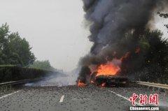 载10余吨锂电池货车高速自燃 消防紧急扑救