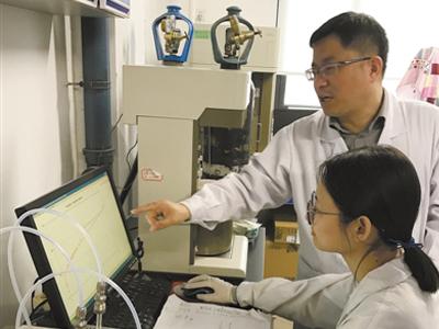 """""""碳""""究者杨全红:给锂电池来场大瘦身"""