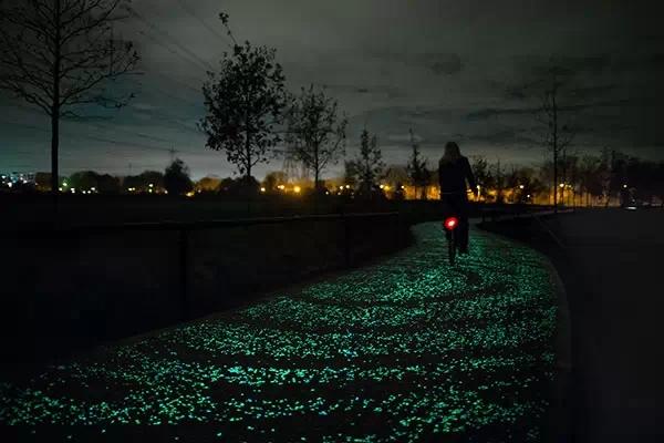 荷兰最美太阳能自行车道 夜晚繁星在脚下闪烁