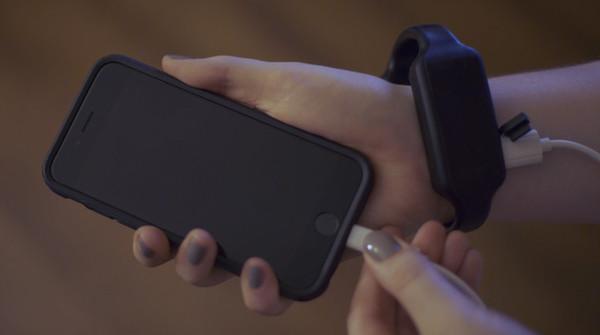 可戴在手腕上的移动电源 能给手机充一半的电量