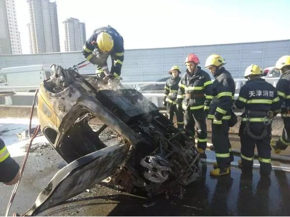天津:买来七个月的电动车行驶途中起火 烧得只剩骨架