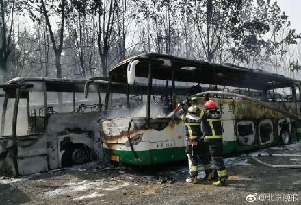 北京蟹岛度假村停车场突发大火 一排电动大巴烧成空壳