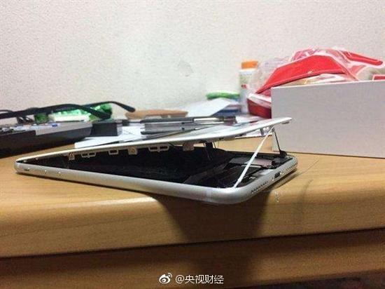 重演三星Note7悲剧?央视呈现又一苹果iPhone 8电池爆裂