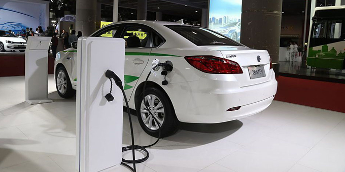 """成长中遭遇烦恼 新能源车产业如何实现""""变道超车""""?"""