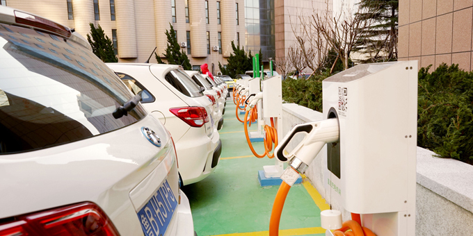 从政策推动到市场驱动 新能源汽车亟待换道超车