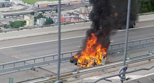 特斯拉在瑞士撞上隔离带翻车电池起火 驾驶员当场身亡
