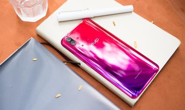 打破沉闷的配色局面  2018年国产手机渐变色成热潮