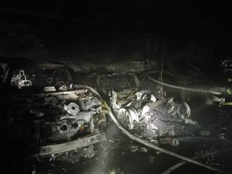 特斯拉回应上海一小区车自燃:正在核实情况  目前没有人员伤亡