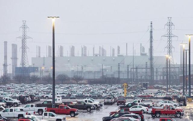 """全球车市仍不乐观 电动化转型下车企发起""""裁员潮"""""""
