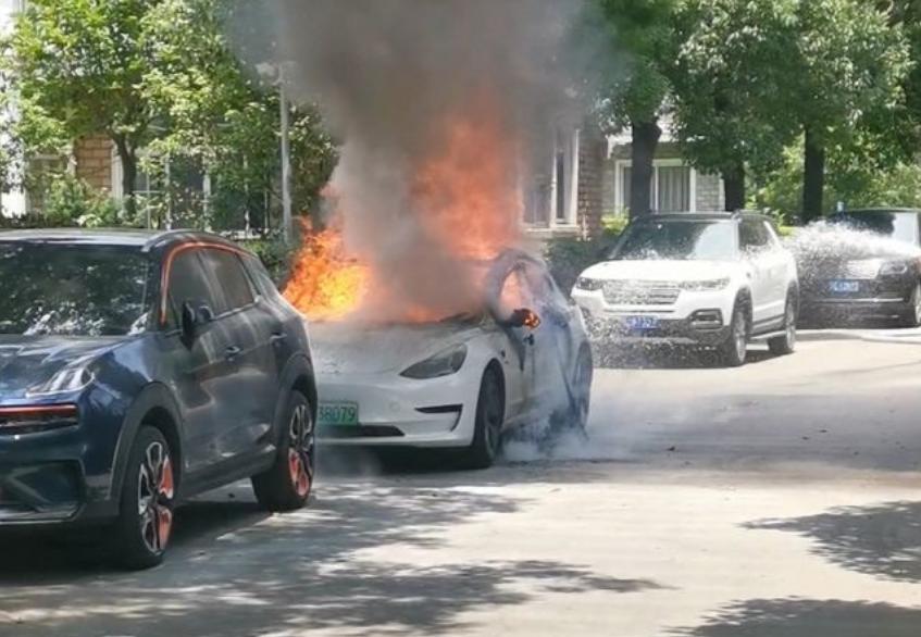 """广州一特斯拉疑似""""自燃"""":还烧毁旁边宝马7系!紧急回应来了"""