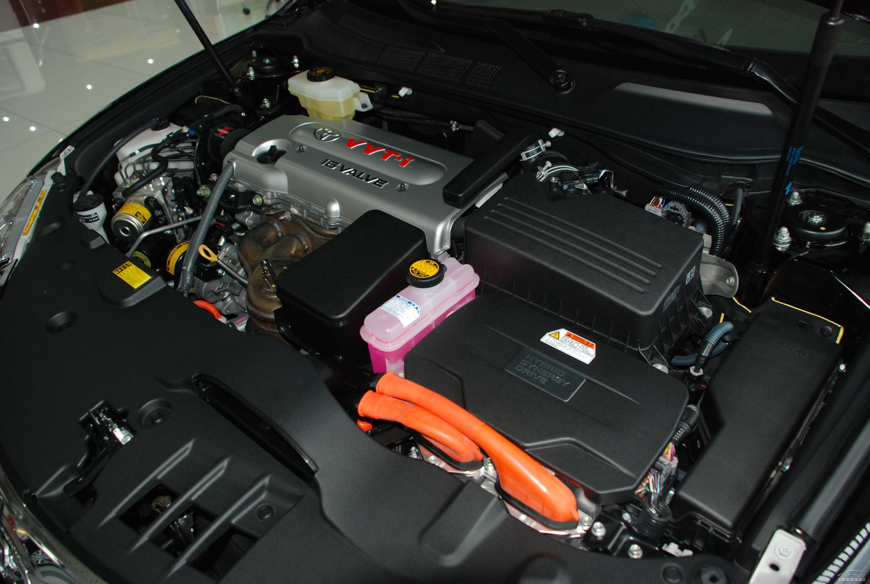 本周,丰田宣布旗下大部分混合动力车型采用的镍氢电池将被放弃,计划未来将用体积更小重量更轻的锂电池来代替镍氢电池,从而改善燃油效益,延长续航距离,提升了汽车的易用性。自1997年到今年3月31日丰田混合动力车全球累计销量500万辆,普锐斯就占据了其中70%。丰田将在日本静冈县湖西市与松下共同投资200亿日元来建立合资企业投产锂离子电池,该公司由丰田持有80%股权,其余20%为松下所有,年产能有望达到二十万套。 消息一出业内哗然。堂堂丰田混动车一直以来推崇镍氢电池,而今突然放弃令国内一些主打镍氢电池的生产厂