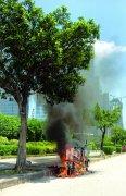 电动车自燃十分钟烧成铁架 起火原因不详