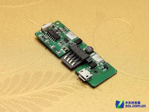 电芯与电路板之间使用两根金属片作为连接,并且金属片与电芯相连的