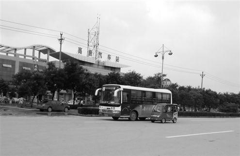 在山东聊城高唐县,一辆老年代步车与公交车并驾齐驱