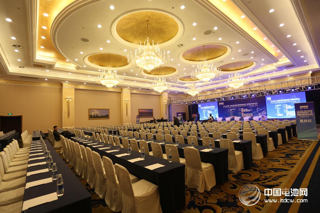 2014年第二届中国(成都)锂电新能源产业国际高峰论坛主会场13日水晶厅布置
