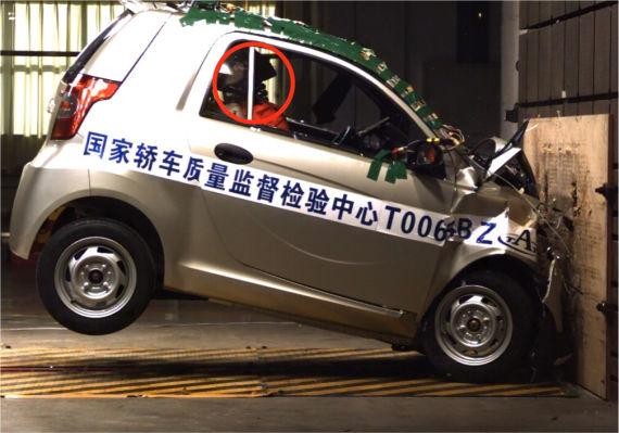 反弹后驾驶员及成员颈部严重后仰,座椅未能有效保护成员