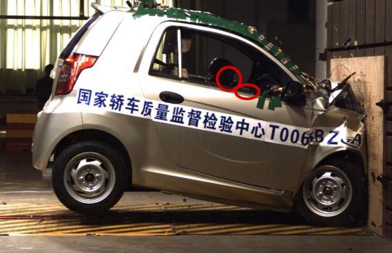 撞击后驾驶员头部撞击方向盘,成员颈部已经弯至车窗以下
