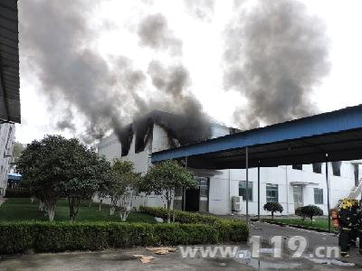 江苏常州超创电池仓库起火黑烟滚滚 消防速救挽损失