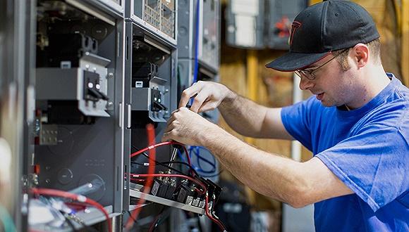 电池狂人贾森·休斯:用特斯拉废电池来拯救电池