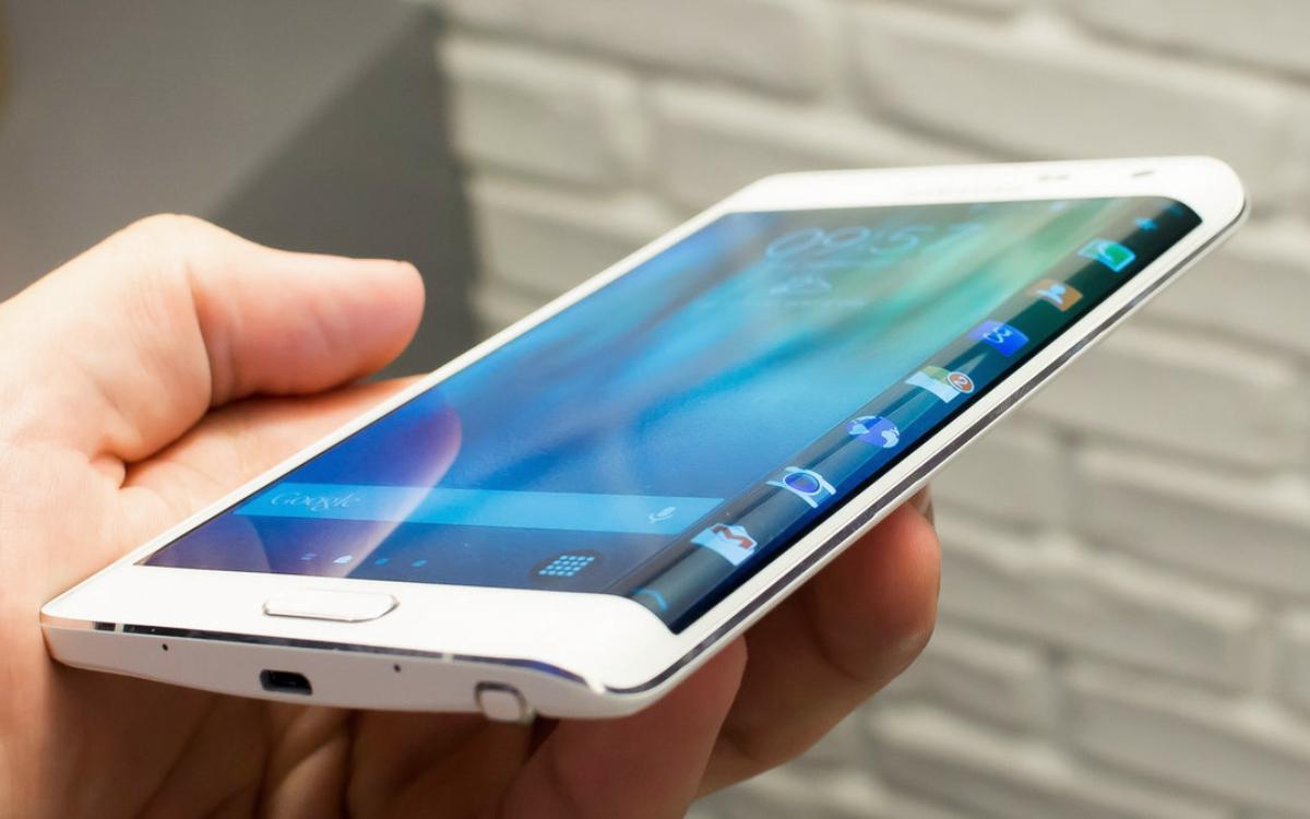 正面手机背面平板 三星可折叠曲屏手机在实验室里待不住