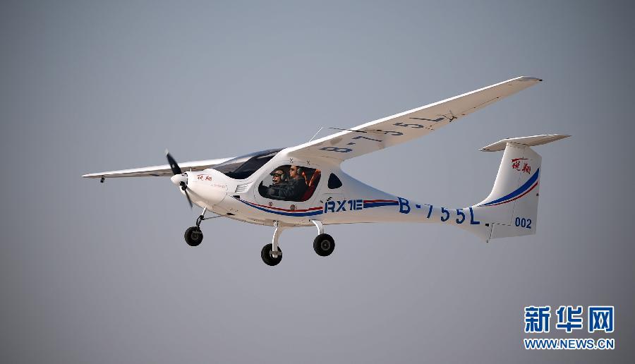 我国自主研制首款电动双座轻型飞机获颁生产许可证