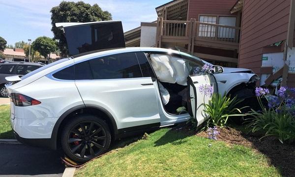 特斯拉电动车发生意外 驾驶丈夫质疑自动驾驶功能出问题