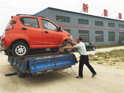 6月3日,武城县,一代步车公司,小拖车装上燃油四轮车,准备出厂