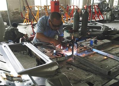 """山东武城县,一代步车厂家,工人正在焊接""""老年代步车""""车壳"""