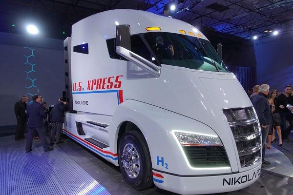 图片来源:cnBeta网站 【公司】美国初创企业发布燃料电池卡车 将利用百万光伏电站制氢 日前,美国尼古拉汽车发布的燃料电池卡车Nikola One。Nikola One采用由800V的交流马达驱动系统,配备320kWh的锂离子电池和燃料电池系统。由此,实现了800~1200英里(1280~1920km)的续航距离。 关于氢的配备方式和容量虽未公开,但若与市售的燃料电池车一样采用压力为70MPa的燃料罐时,从续航距离来推测,容量在360l以上。 该公司正讨论在美国国内建设Nikola One制造工