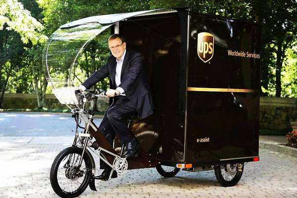 UPS董事长兼首席执行官大卫·艾博尼骑着电动三轮车