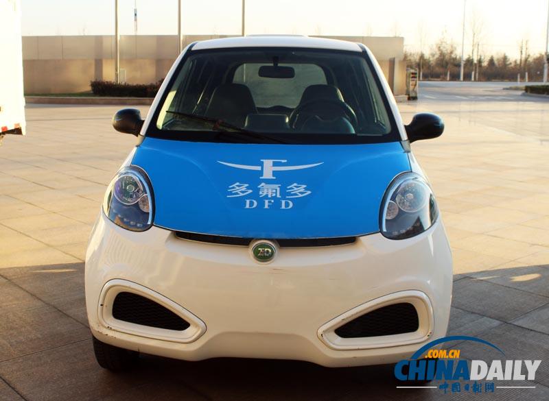 多氟多新能源汽车 图/中国日报网 2016年,是河南新能源汽车发展具有里程碑意义的一年。河南省政府先后出台加快新能源汽车推广应用及产业化发展实施意见、十三五电动汽车充电设施专项规划及建设运营管理办法,从政策推动到具体落实都有了制度保障。全年生产新能源汽车28392辆,增长速度达到29%。累计推广应用新能源汽车13579辆,完成推广任务的533%。 整车制造、推广应用齐头并进 2016年,我省新能源汽车生产商再添新军,开封奇瑞、中原特车获得生产资质,这在资质审批严格收紧的情况下殊为不易,加上此前已获生产