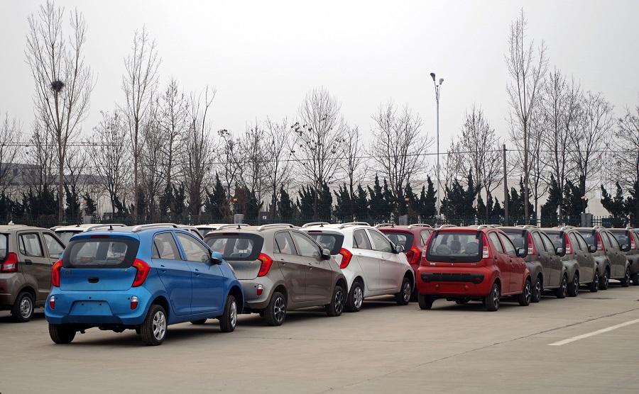 ▲位于山东省德州市齐河县的御捷工厂,厂区内摆放着大片身型小巧的低速电动车。
