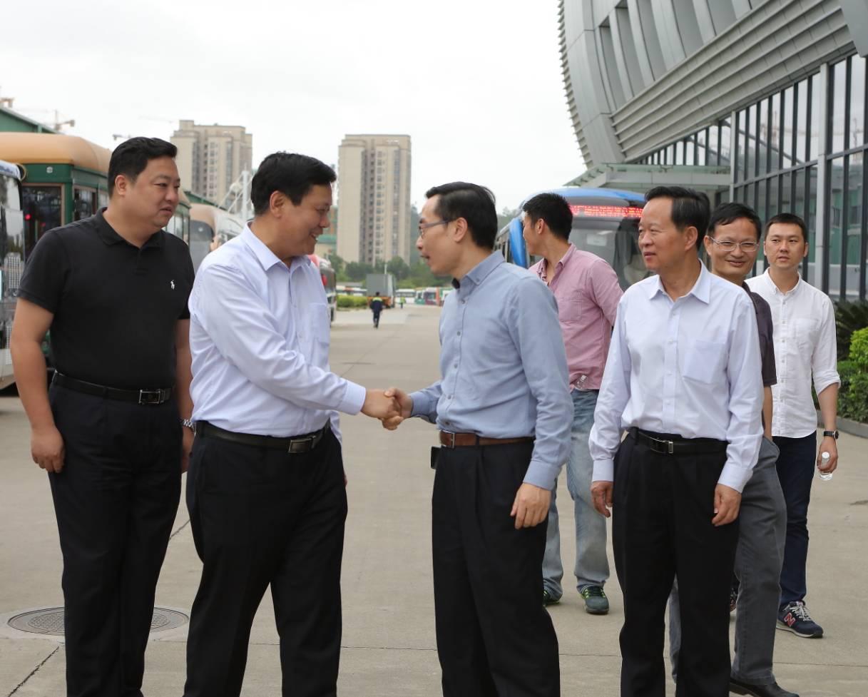 李泽中代市长与魏银仓董事长亲切握手
