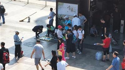 6月4日下午,地铁北京站C出口,一名行人正在地摊上挑选充电宝。经证实部分充电宝为假冒名牌。