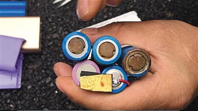 记者从地摊上购买的充电宝,拆开后发现里面的电池布满锈迹。