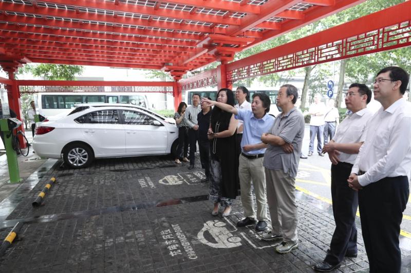 马凯在北京深入新能源汽车充换电设施、充电服务平台、分时租赁等单位调研
