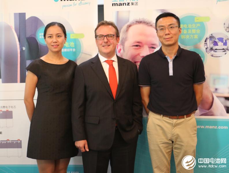 亚智系统科技(苏州)有限公司总经理 Martin Kroboth (中)销售经理权循瑞(左)副总裁黄健宏(右)