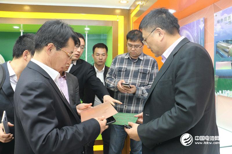 中国锂电新能源产业链调研团一行参观联合铜箔展厅