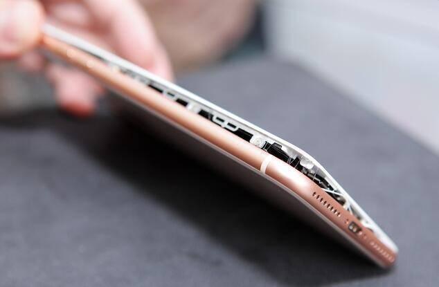 """苹果iPhone 8""""十连裂"""""""