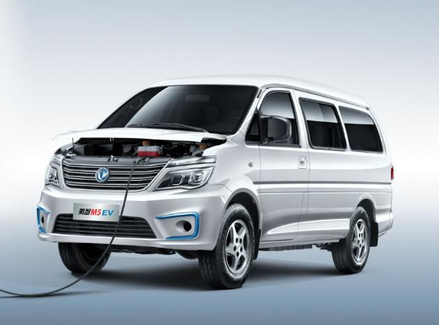 图/菱智M5EV 在今年的广州车展上,东风风行发布了旗下景逸S50EV和菱智M5EV两款纯电动新车及厂家指导价。其中,景逸S50EV是东风风行的首款纯电动轿车,菱智M5EV则是基于菱智M5L打造的纯电动MPV。 这两款电动车的发布,标志着东风风行在进入2.0时代后,在新能源领域又迈出重要一步。 MPV是东风风行的传统优势产品,但近年来,随着消费升级以及MPV市场增长缓慢,东风风行开始聚焦SUV领域。所以,面对双积分政策,东风风行较其他自主品牌有更大压力,加速布局新能源产品势在必行。 据了解,除景逸S5
