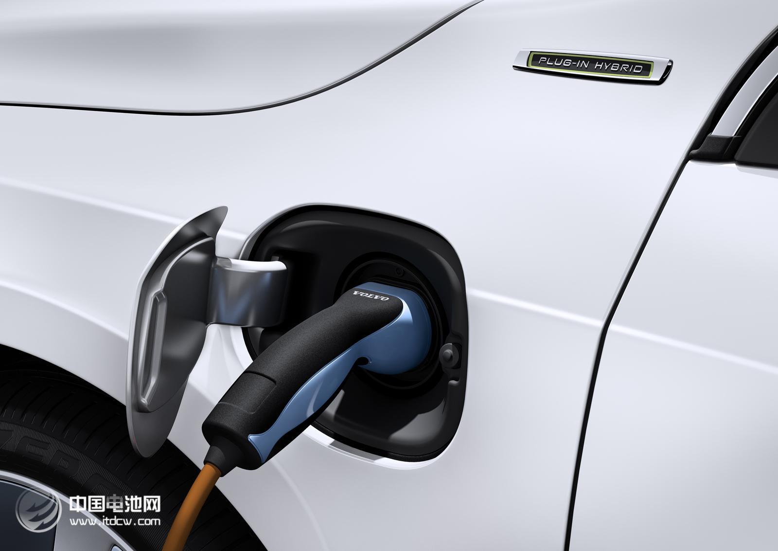 """燃油车""""鸠占鹊巢"""" 有桩无位新能源车遭遇充电难"""