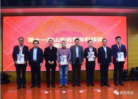 集团董事长孟祥辉(右一)上台领奖
