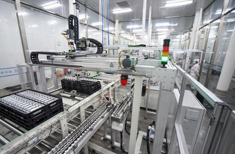 江西赣锋锂业股份有限公司工人正在生产线上加紧生产锂电池图片