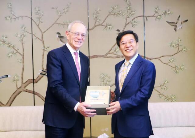 万向集团鲁伟鼎在京会见美国麻省理工学院莱夫校长