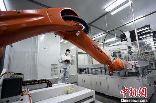 江西首条高容量锂离子动力电池全自动化生产线试产