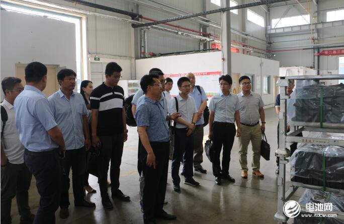中国锂电新能源产业链调研团一行参观青岛比亚迪总装车间