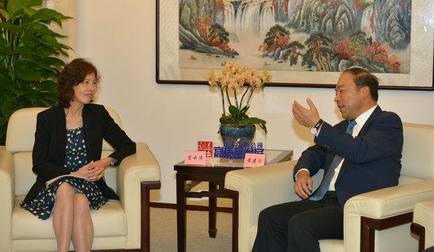 图为证券时报社委会委员宫云涛(左)与西藏珠峰董事长黄建荣面对面交流。