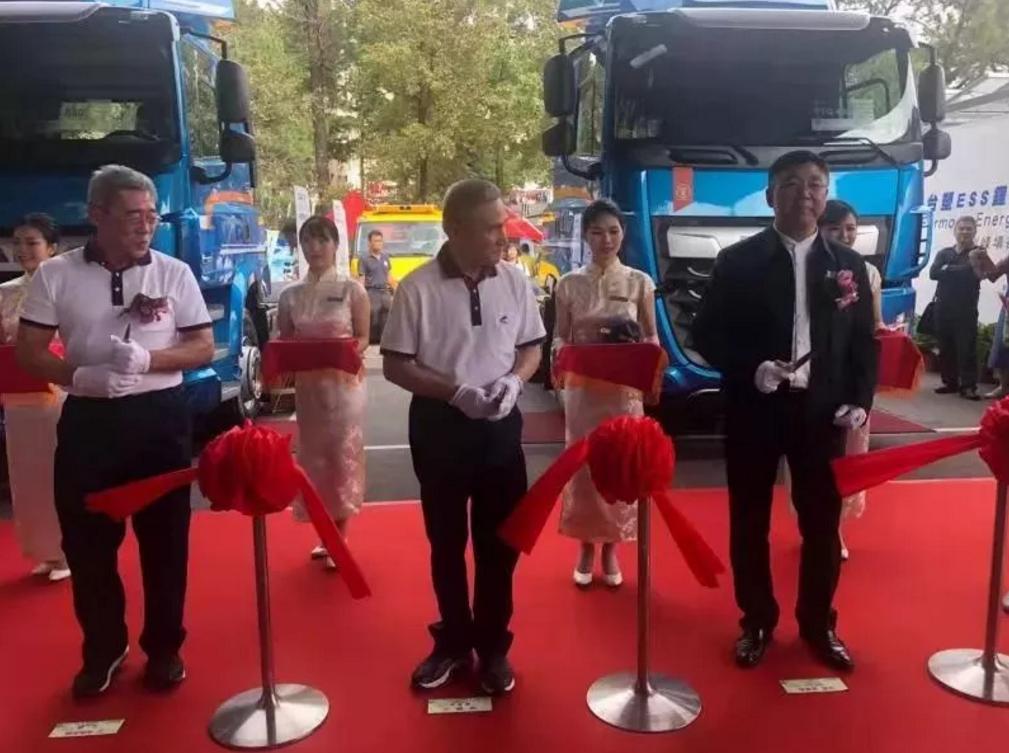 国轩高科董事长李缜(右一)出席剪彩仪式