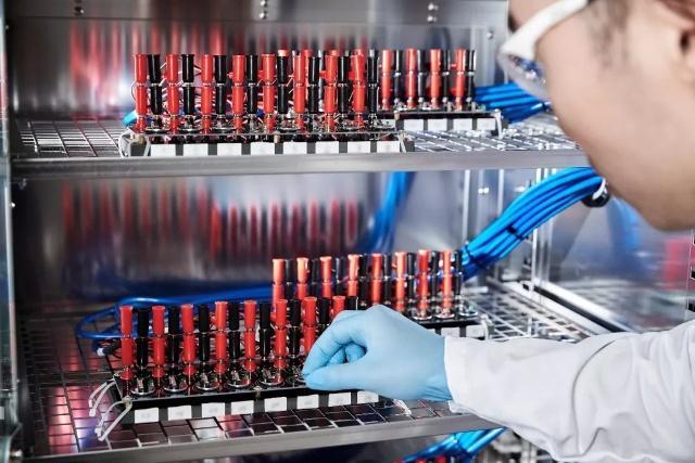 巴斯夫上海创新园的科研人员正往气氛仓当中装入小型测试电池