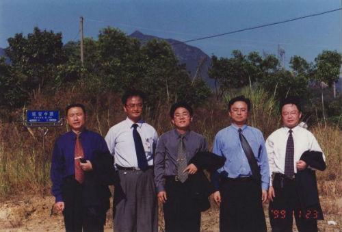 1999年,比亚迪高层在延安中路(比亚迪葵涌基地原址)合影留念